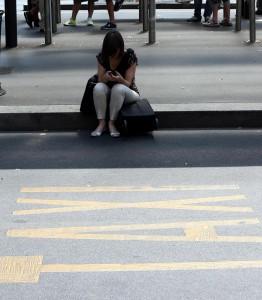 Unha rapaza na procura de taxi ou coche compartido